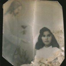 Fotografía antigua: 11 - NIÑA EN SU PRIMER COMUNION Y JESUS ( FONDO FOTOGRÁFICO SURREALISTA ) FOTO REGULAR 12X12 1940'. Lote 236325390