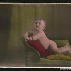 Fotografía antigua: 14 - BEBE DESNUDO SOBRE EL SILLON - FOTO 9X6CM COLOREADA A MANO 1930'. Lote 236326960
