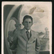 Fotografía antigua: 17 - SURREALISMO - JOVEN ADOLESCENTE Y FONDO SURREALISTA - FOTO POSTAL 1918. Lote 236330160