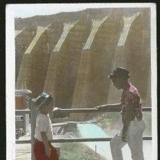 Fotografía antigua: 19 - JOVENES NIÑOS MIRANDOSE UNO AL OTRO JUNTO A LA REPRESA HIDROELECTRICA - FOTO POSTAL COLOREADA. Lote 236330780