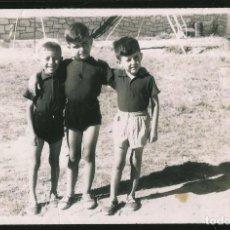 Fotografía antigua: 20 - NIÑOS FELICES Y ABRAZADOS - FOTO POSTAL 1958. Lote 236332605