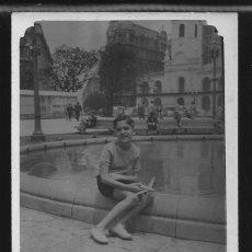 Fotografía antigua: 21 - NIÑO SENTADO EN LA FUENTE CON SU AVION DE JUGUETE EN SUS MANOS - FOTO POSTAL 1950'. Lote 236333190