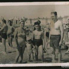 Fotografía antigua: 22 - NIÑOS Y SUS PADRES EN BAÑADOR EN LA PLAYA - FOTO POSTAL 1957. Lote 236334110