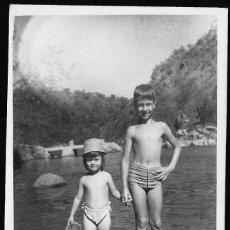 Fotografía antigua: 24 - NIÑO Y NIÑA EN BAÑADOR JUNTO AL RIO - FOTO POSTAL 1961. Lote 236335015