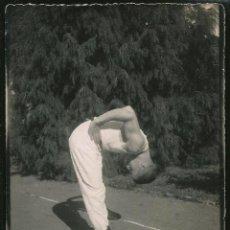 Fotografía antigua: 25 - NIÑO ADOLECENTE PRACTICANDO DEPORTE - FOTO 12X9CM 1940'. Lote 236335455