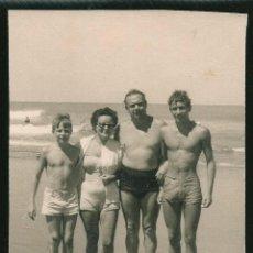 Fotografía antigua: 26 - NIÑOS ADOLESCENTES EN BAÑADOR JUNTO A SUS PADRES EN LA PLAYA - FOTO 11X9CM 1960'. Lote 236335880