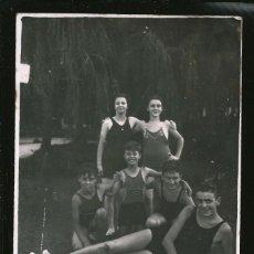 Fotografía antigua: 40 - NIÑOS Y MUJER EN BAÑADOR EN EL PARQUE - FOTO POSTAL 1941. Lote 236351045