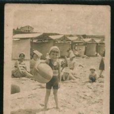 Fotografía antigua: 41 - NIÑO EN BAÑADOR CON SU PELOTA DE PLAYA EN EL BALNEARIO - FOTO POSTAL 1930. Lote 236351350