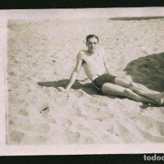 Fotografía antigua: 42 - JOVEN HOMBRE SEMI DESNUDO EN BAÑADOR RECOSTADO EN LA PLAYA - FOTO POSTAL 1937 GAY INT. Lote 236351665