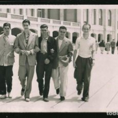 Fotografía antigua: 43 JÓVENES HOMBRES EN TRAJES SPORTS TOMADOS DEL BRAZO CAMINANDO EN LA RAMBLA FOTO POSTAL 1945 GAY IN. Lote 236352480