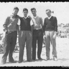 Fotografía antigua: 44 - JÓVENES HOMBRES EN TRAJES SPORTS ABRAZADOS EN LA PLAYA - FOTO POSTAL 1950' GAY IN. Lote 236353060