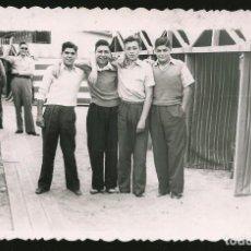 Fotografía antigua: 45 - JÓVENES ADOLESCENTES EN TRAJES SPORTS ABRAZADOS EN LA PLAYA - FOTO POSTAL 1948. Lote 236353675