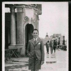 Fotografía antigua: 46 - NIÑO CON ELEGANTE TRAJE Y PANTALÓN CORTO CAMINANDO POR LA RAMBLA - FOTO POSTAL 1938. Lote 236354135