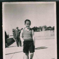 Fotografía antigua: 47 - NIÑO CON PANTALÓN CORTO CAMINANDO POR LA RAMBLA - FOTO POSTAL 1947. Lote 236354440
