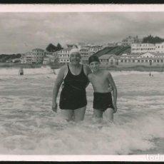Fotografía antigua: 48 - NIÑO Y MUJER EN BAÑADOR EN EL MAR - FOTO POSTAL 1950'. Lote 236354810