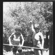 Fotografía antigua: 49 - NIÑOS ADOLESCENTES EN BAÑADOR EN EL CAMPO - FOTO 14X9CM 1960'. Lote 236355320