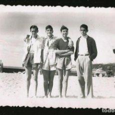 Fotografía antigua: 50 - NIÑOS JOVENES ADOLESCENTES ABRAZADOS EN LA PLAYA - FOTO POSTAL 1948. Lote 236355630