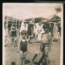 Fotografía antigua: 52 - NIÑOS EN BAÑADOR CON SUS JUGUETES PARA LA ARENA EN LA PLAYA - FOTO POSTAL 1920'. Lote 236356205
