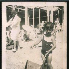 Fotografía antigua: 53 - NIÑO EN BAÑADOR CON SU JUGUETE PARA LA ARENA EN LA PLAYA - FOTO POSTAL 1927. Lote 236356450