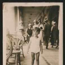Fotografía antigua: 54 - NIÑO EN LA RAMBLA - FOTO POSTAL 1927. Lote 236356695