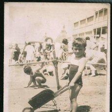 Fotografía antigua: 55 - NIÑO EN BAÑADOR CON SU JUGUETE PARA LA ARENA EN LA PLAYA - FOTO POSTAL 1920'. Lote 236357015