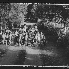 Fotografía antigua: 56 - NIÑOS Y NIÑAS EN BAÑADOR CAMINANDO JUNTOS HACIA LA PLAYA - FOTO 13X8CM 1960'. Lote 236357285