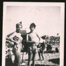 Fotografía antigua: 57 - NIÑO Y SU MADRE EN BAÑADOR EN LA PLAYA - FOTO 12X9CM 1960'. Lote 236357570