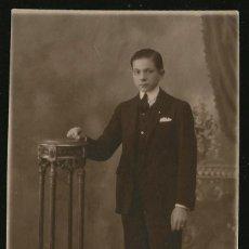 Fotografía antigua: 69 - JOVEN ADOLESCENTE CON TRAJE JUNTO A UN ANTIGUO PEDESTAL DE MADERA - FOTO POSTAL 1910'. Lote 236376965