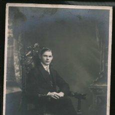 Fotografía antigua: 70 - JOVEN ADOLESCENTE CON TRAJE SENTADO EN UNA ANTIGUA SILLA TALLADA - FOTO POSTAL 1900'. Lote 236377170