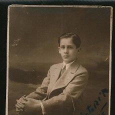 Fotografía antigua: 71 - JOVEN ADOLESCENTE CON TRAJE SENTADO - FOTO POSTAL 1920'. Lote 236377325