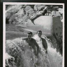 Fotografía antigua: 76 - JOVENES ADOLESCENTES EN BAÑADOR EN LA CASCADA - FOTO POSTAL 1961. Lote 236382810