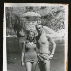 Fotografía antigua: 77 - JOVEN ADOLESCENTE Y PINUP MUJER EN BAÑADOR JUNTO AL RIO - FOTO POSTAL 1961. Lote 236383010