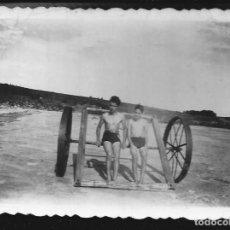 Fotografía antigua: 80 - JOVENES ADOLESCENTES NIÑOS EN BAÑADOR - FOTO 11X8CM 1940'. Lote 236384090