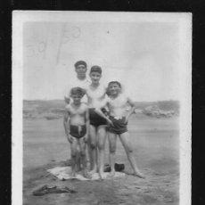 Fotografía antigua: 81 - NIÑOS EN BAÑADOR JUNTO A SU PADRE EN LA PLAYA - FOTO 9X6CM 1950'. Lote 236384575
