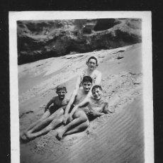 Fotografía antigua: 82 - NIÑOS EN BAÑADOR JUNTO A SU MADRE EN LA PLAYA - FOTO 9X6CM 1950'. Lote 236384720