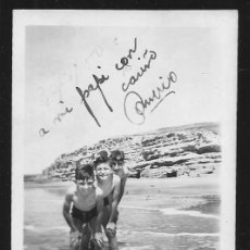 Fotografía antigua: 84 - NIÑOS EN BAÑADOR EN LA PLAYA - FOTO 9X6CM 1950'. Lote 236385020