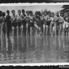 Fotografía antigua: 85 - NIÑOS Y NIÑAS EN BAÑADOR EN LA PLAYA ESCUELA ALEMANA LANDERZIEHUNGSHEIM - FOTO 8X6CM 1935. Lote 236385435