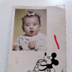 Fotografía antigua: VALENCIA. FOTOS EDO. PEQUEÑA IMAGEN DE NIÑA ILUSTRADA CON MICKEY MOUSE.. Lote 236428650