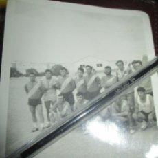 Fotografía antigua: EQUIPO FUTBOL MILITAR DE ALICANTE FOTO ANTIGUA AÑOS 60 SIN IDENTIFICAR. Lote 236883640