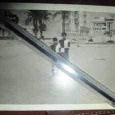 Fotografía antigua: JUGADORES DE EQUIPO FUTBOL DE ALICANTE FOTO ANTIGUA AÑOS 60 SIN IDENTIFICAR. Lote 236884210