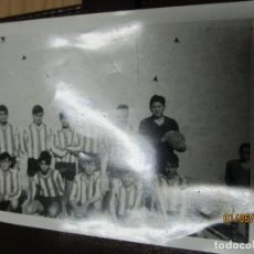 Fotografía antigua: JUGADORES JUVENILES DE EQUIPO FUTBOL DE ALICANTE FOTO ANTIGUA AÑOS 60 SIN IDENTIFICAR. Lote 236885925