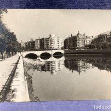 Fotografía antigua: FOTOGRAFIA SAN SEBASTIAN PUENTE SANTA CATALINA AÑOS 50 REFLEJO PESCADOR 18X24CMS. Lote 236926435