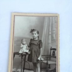Fotografía antigua: ANTIGUA FOTOGRAFIA NIÑA CON MUÑECA DE PORCELANA - TARJETA POSTAL. ESTUDIO FOTOGRAFICO GUIXENS. Lote 237207985