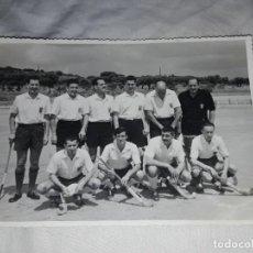Fotografía antigua: ANTIGUA FOTOGRAFÍA ORIGINAL HOCKEY SOBRE HIERBA EQUIPO REAL CLUB POLO AÑO 1960. Lote 239437490