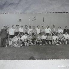 Fotografía antigua: ANTIGUA FOTOGRAFÍA ORIGINAL HOCKEY SOBRE HIERBA EQUIPO REAL CLUB POLO AÑO 1961. Lote 239438245