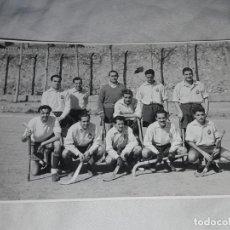Fotografía antigua: ANTIGUA FOTOGRAFÍA ORIGINAL HOCKEY SOBRE HIERBA EQUIPO REAL CLUB POLO FOTOS CABANAS. Lote 239440345
