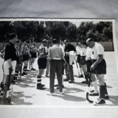 Fotografía antigua: ANTIGUA FOTOGRAFÍA ORIGINAL HOCKEY SOBRE HIERBA EQUIPO REAL CLUB POLO, CLUB DE CAMPO MADRID. Lote 239444290