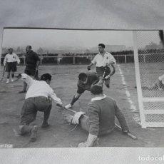 Fotografía antigua: ANTIGUA FOTOGRAFÍA ORIGINAL HOCKEY SOBRE HIERBA EQUIPO REAL CLUB POLO. Lote 239446360