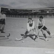 Fotografía antigua: ANTIGUA FOTOGRAFÍA ORIGINAL HOCKEY SOBRE HIERBA JUEGO ENTRE PEDRALBES Y TARRASA AÑO 1946 FOTO BERT. Lote 239447985