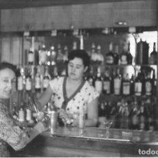 Fotografia antica: == HH194 - FOTOGRAFIA - SEÑORAS TOMANDO COPAS - BETERA 1954. Lote 239921295